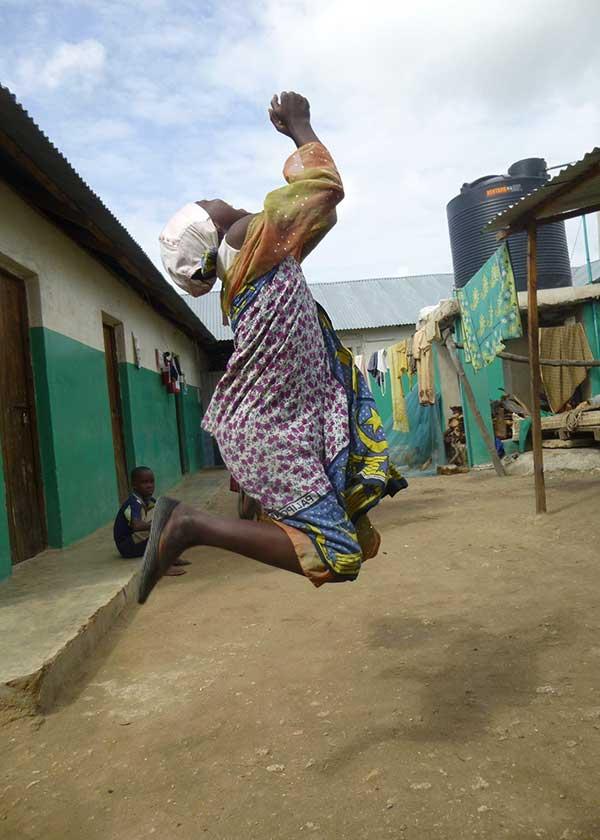 Frau beim Luftsprung