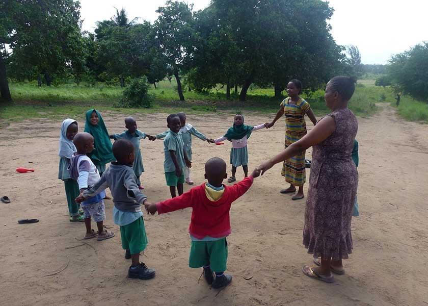 Kindergartengruppe beim Spiel im Kreis