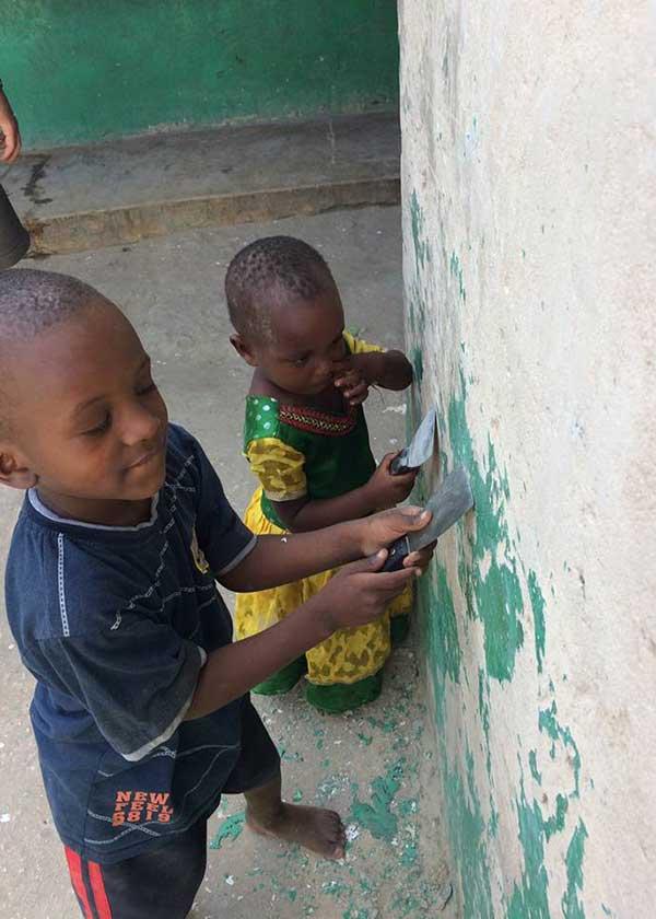 Kleine Kinder helfen beim Spachteln