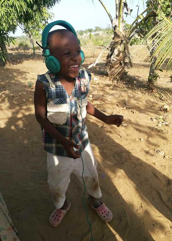 Freudiger Junge mit Kopfhörern