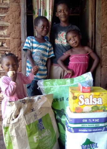 Familie freut sich üer Spenden