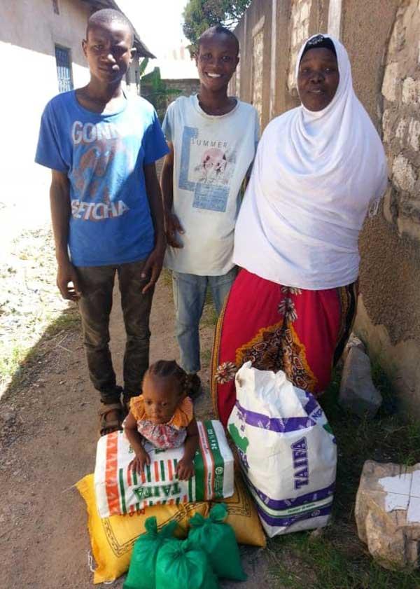 Familie freut sich über Spenden