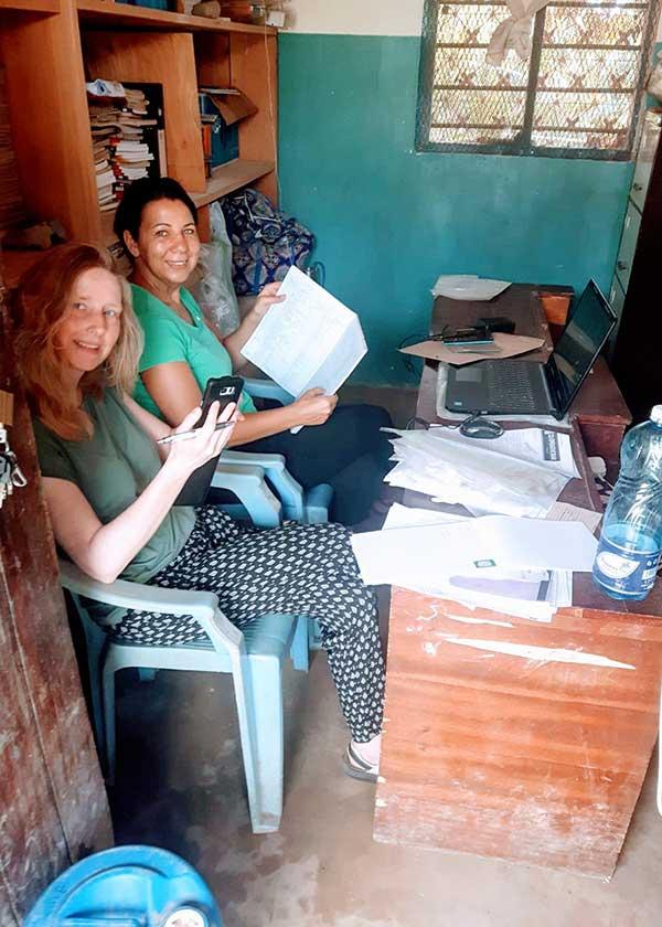 Jutta und Anja im Lehrerzimmer