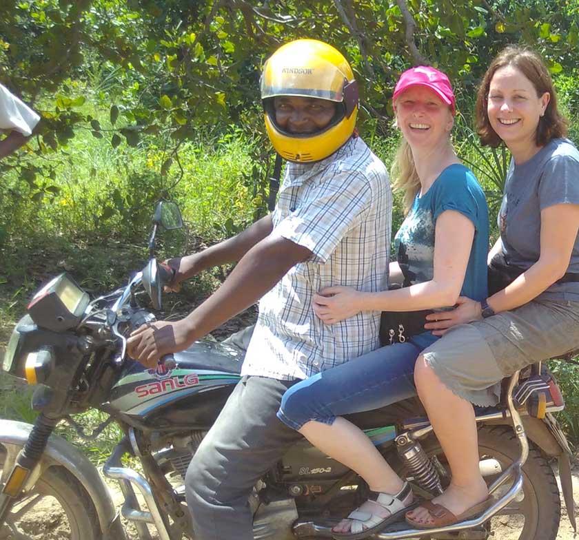 Jutta und Imke mit dem Fahrer auf dem Motorrad