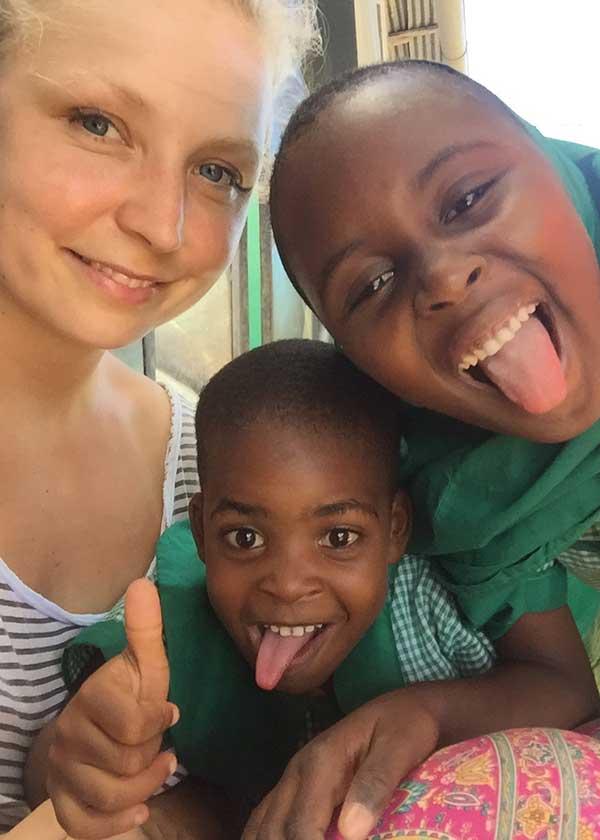Petra mit zwei Kindern