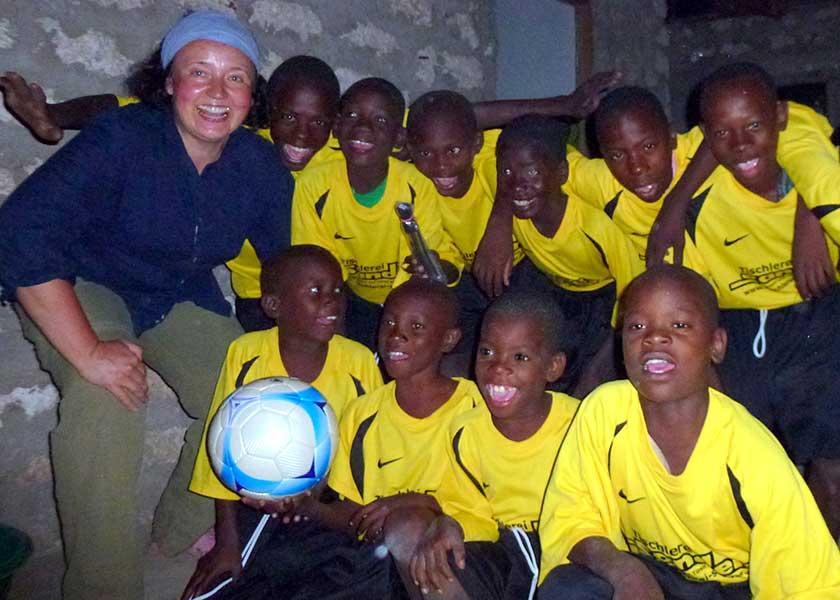Petra mit den Jungs im Fußballdress