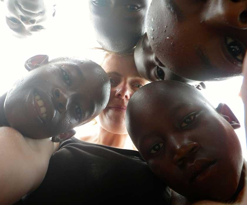 Sarah mit einigen Kindern