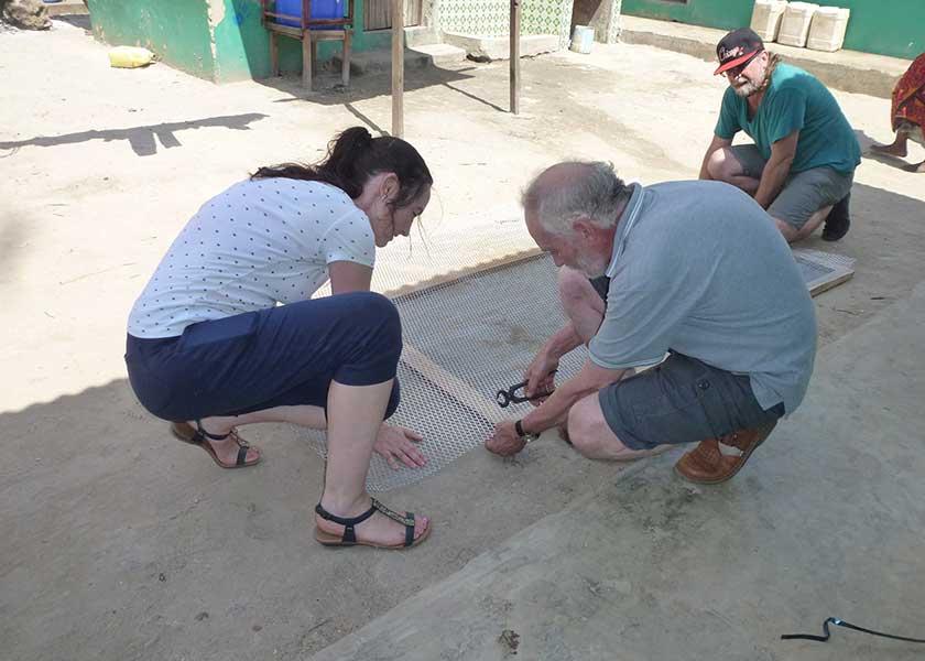 Silvia joest und Michael bauen den Hühnerstall